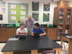 Ông Swanson giúp đỡ hai học sinh