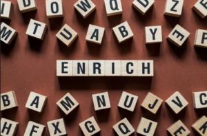 """Ladrilhos de Scrabble soletrando """"Enriquecer"""""""